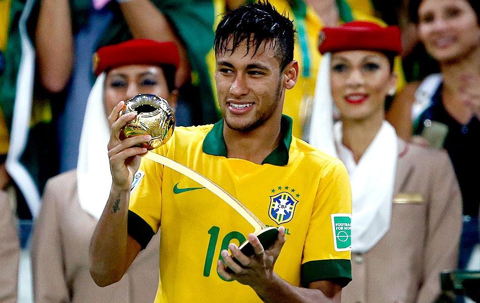 neymar trofeumelhorjogador reu. Neymar exibe o troféu de melhor jogador da  Copa das Confederações ... 1ba7047e9f6f5