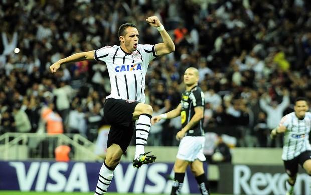"""Renato Augusto """"voa"""" para comemorar o primeiro gol do Timão na partida (Foto: Marcos Ribolli)"""