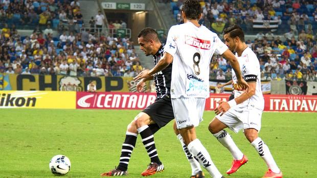Renato Augusto não conseguiu se livrar da marcação do Bragantino(Foto: André Romeu / VIPCOMM)