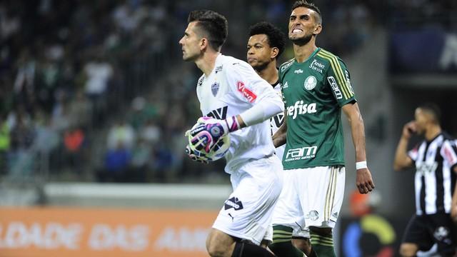 Vitor defende a bola sob o olhar de Rafael Marques. (Foto: Marcos Ribolli)