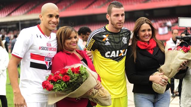 Doria e Paulo Vitor acompanhados de suas mães no Morumbi. (Foto: Marcos Riboli)