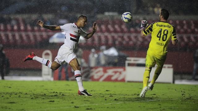 Luis Fabiano cabeceia e abre o placar vencendo Paulo Vitor. (Foto: Marcos Riboli)