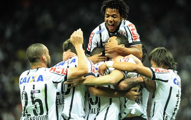 Jogadores do Corinthians festejam na vitória sobre o Bragantino (Foto: Marcos Ribolli/GloboEsporte.com)