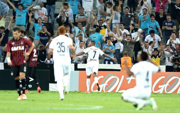 Robinho comemora gol  de abertura de oplacar na Arena da Baixada. (Foto: Globo.com)