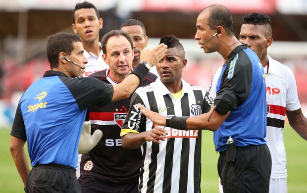 Santistas e são-paulinos pressionam a arbitragem no lance mais polêmico do jogo (Foto: Marcos Ribolli)