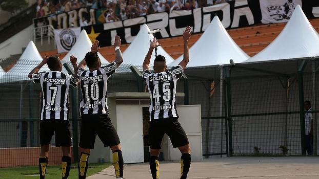 Jogadores do Peixe fazem coreografia para comemorar o gol de Gabriel. (Foto: GAzeta Press).