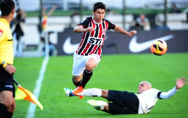 Osvaldo disputa com Fabio Santos. (Foto: Marcos Riboli