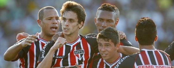 Rodrigo Caio comemora gol que abriu o placar para o tricolor contra o Vasco em São Januário. (Foto: Wagner Meier / AGIF)