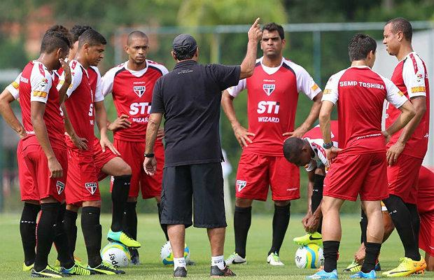 Muricy orienta a equipe antes de pegar o Bragantino pela Copa do Brasil