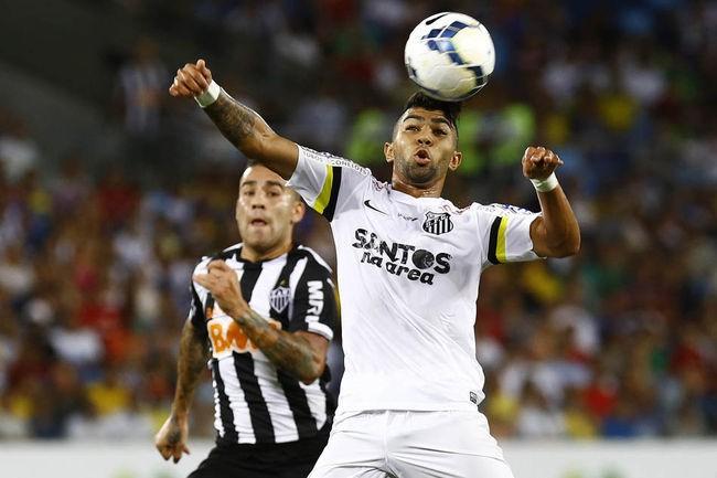 Gabriel tenta dominar a bola no confronto contra o Atlético na Arena Pantanal. (Foto: Ricardo Saibun/ AGIF)