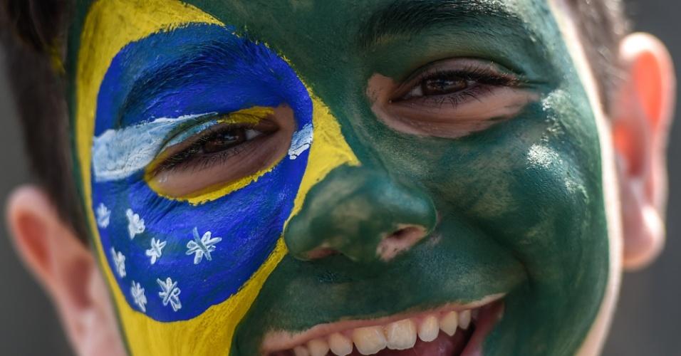 Torcedor mirim com a cara pintada no estádio do Mineirão.  durante a Copa do Mundo de 2014. (Foto: Uol.com.br)