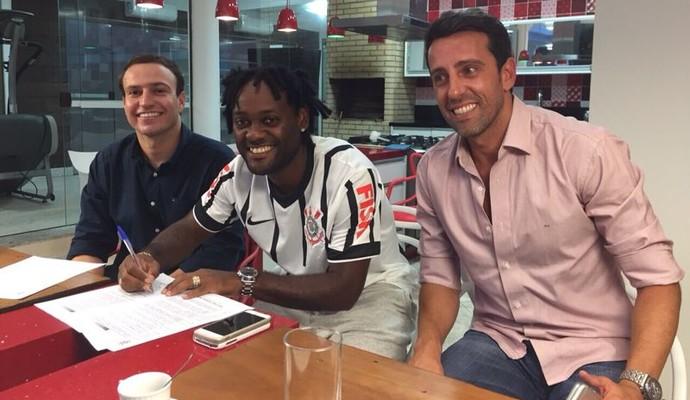 Vagner Love assina contrato ao lado de Edu GAspar e seu empresário. (Foto Divulgação.)