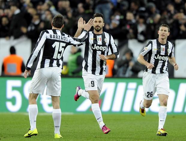 Vucinit comemora gol que da folga a Juve após empate da Lazio. (Foto: AP)