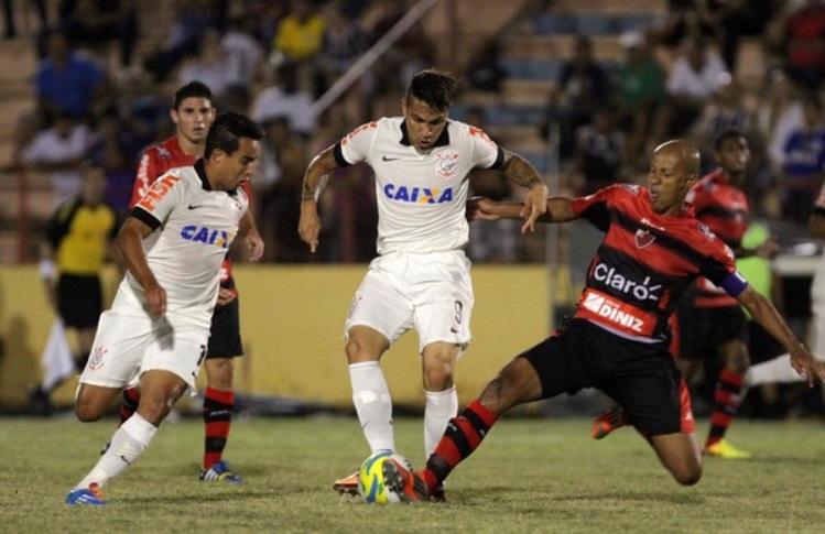 z Jadson faz belo primeiro tempo e ajuda Corinthians a vencer fora de casa.  (Foto: Célio Messias/Agência Estado)