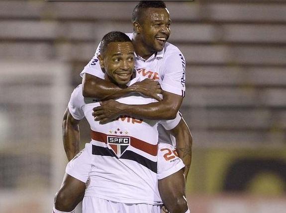 O uruguaio Alvaro Pereira comemora com Pabon, seu gol na partida. (Foto: Ricardo Matsukawa / Terra)